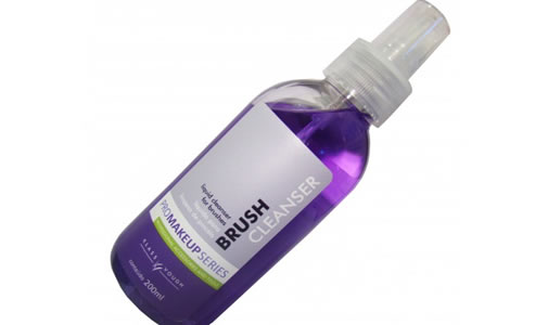 Klass Vough lança Brush Cleanser, líquido de limpeza para pincéis de maquiagem