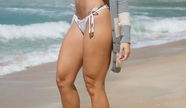 pernas mulher mulheres praia biquini