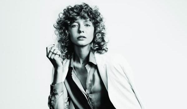 Looks da Moda Feminina : cabelos cacheados com franja para mulheres modernas que gostam de volume e desafio
