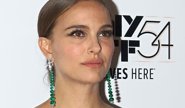 Looks da Moda – Atriz Natalie Portman usa brincos com mais de 80 quilates de esmeraldas